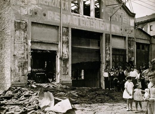 """1933 AFB Danys causats per l'explosió d'una bomba a la fàbrica """"Tintes y Aprestos S.A. Minguell"""", al xamfrà entre els carrers del Tenor Massini i de Melcior de Palau Autor Pérez de Rozas, Carlos"""