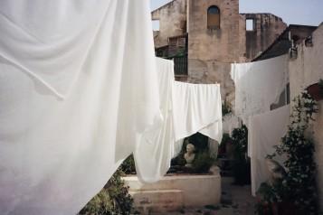 © Leyli Alakbarova foto de la obra de Logan B. Fields Cal Nicasi – A Calling Bath https://www.fundaciosunol.org/es/exposicion/cal-nicasi-a-calling-bath