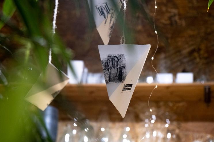 """© Layal Nakle foto de © Layal Nakle foto de la obra de Lizette Nin """"Els noms dels carrers de can Mantega"""" https://www.fundaciosunol.org/ca/exposicion/els-noms-dels-carrers-de-can-mantega"""